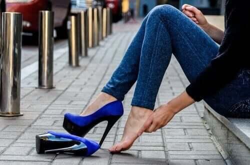 незручне взуття на підборах