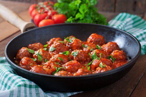 Вівсяно-сирні фрикадельки під томатним соусом
