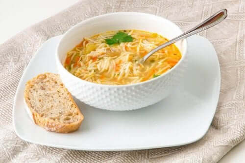 Легкі способи приготувати суп з локшиною