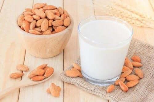 Як приготувати мигдальне молоко для схуднення