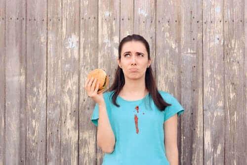Як видалити плями від кетчупу з одягу
