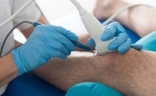 чому остеоартрит викликає біль у колінах