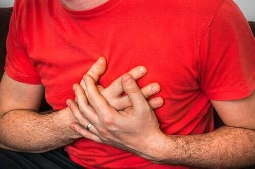 Що викликає біль у грудях при кашлі
