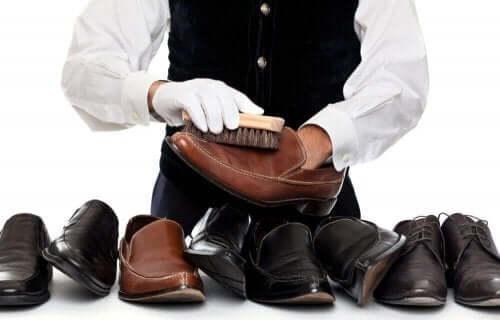 чищення шкіряного взуття щіткою