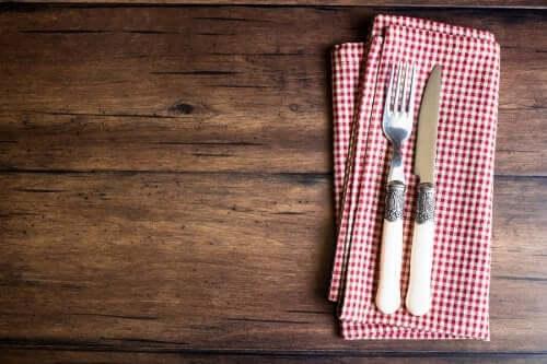 Тримач для столового приладдя з кухонних рушників
