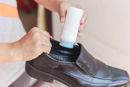 чищення шкіряного взуття всередині