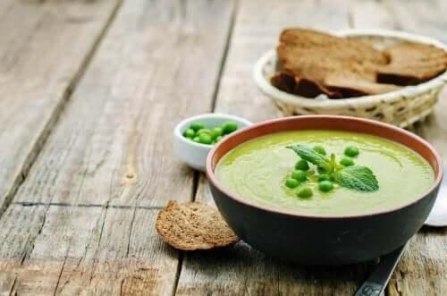 Крем-суп з беконом та зеленим горошком