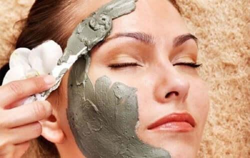 відбілювальна глина для зменшення шрамів