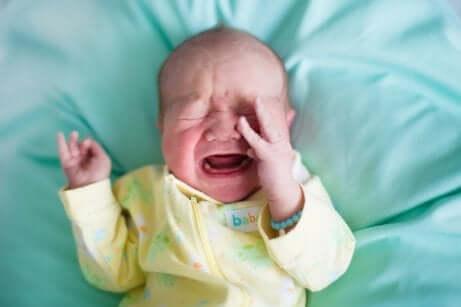 які причини закрепів у немовлят