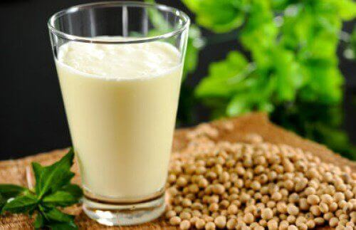 Конопляне молоко: поживні речовини, користь і рецепт