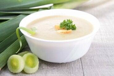 Овочевий крем-суп з грибами, цибулею порей і імбиром