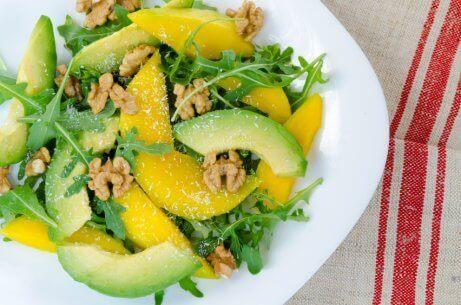 змішані салати з манго