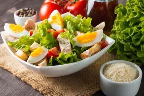 змішані салати з яйцями