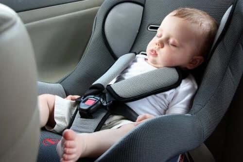 як подорожувати з немовлям автомобілем