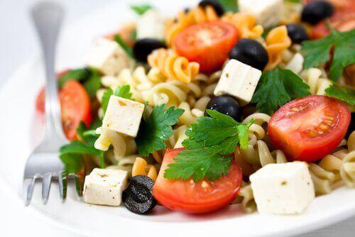 змішані салати з макаронами