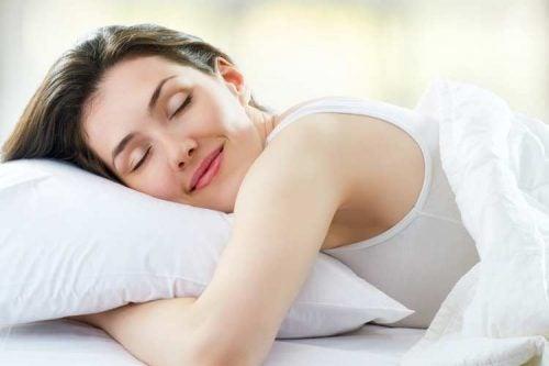 сон допомагає подбати про шкіру навколо очей