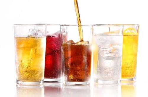 Чи призводять до збільшення ваги дієтичні безалкогольні напої?
