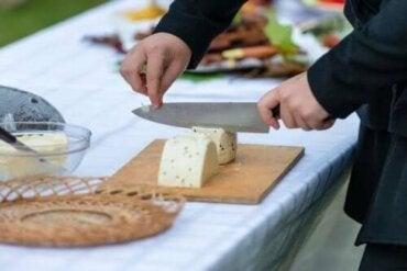 Як правильно різати сир