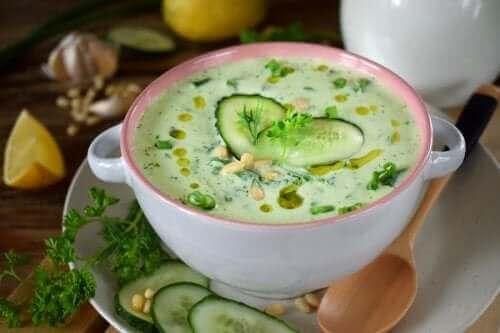 Низькокалорійний суп з огірків і авокадо
