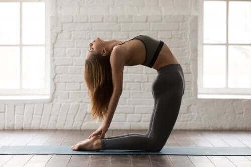 Спробуйте ці пози йоги для пресу