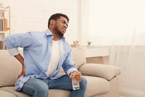 які причини болю в нирках