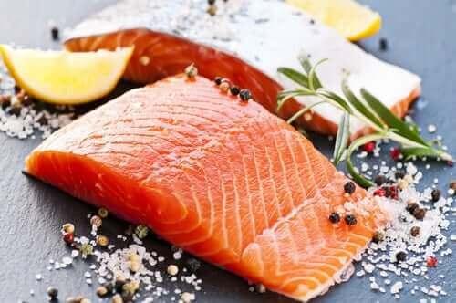 лосось допомагає позбутися черевного жиру