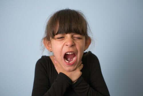 Дитина подавилася: що робити і як цьому запобігти