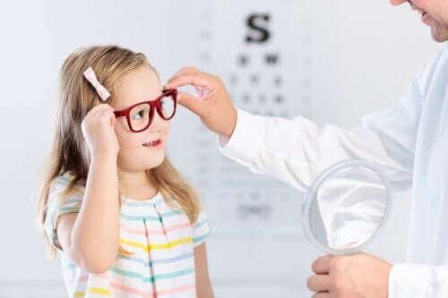 огляд дитини в лікаря