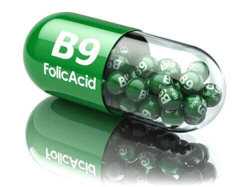 У чому різниця між фолієвою кислотою і фолатами
