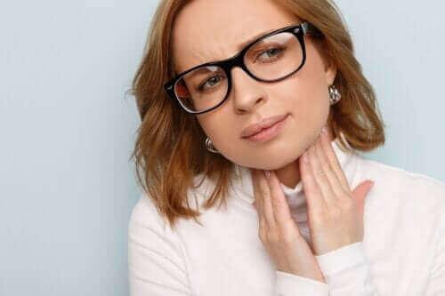 Набряклі голосові зв'язки: причини, симптоми та лікування