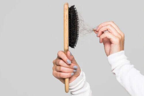 Як чистити щітку для волосся