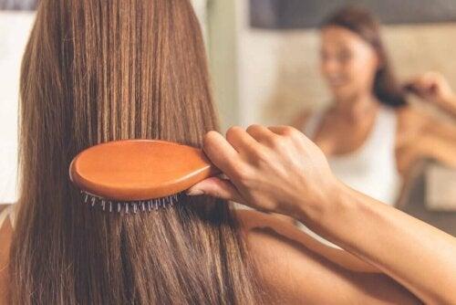 як правильно чистити щітку для волосся